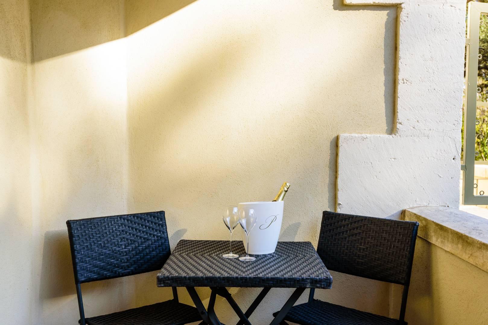 Chambre d'hôtel avec terrasse ensoleillée