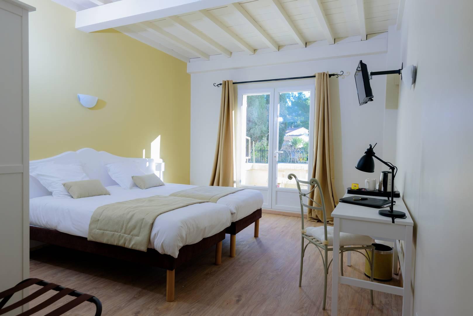 Chambre lumineuse avec terrasse en Provence à Fontvieille