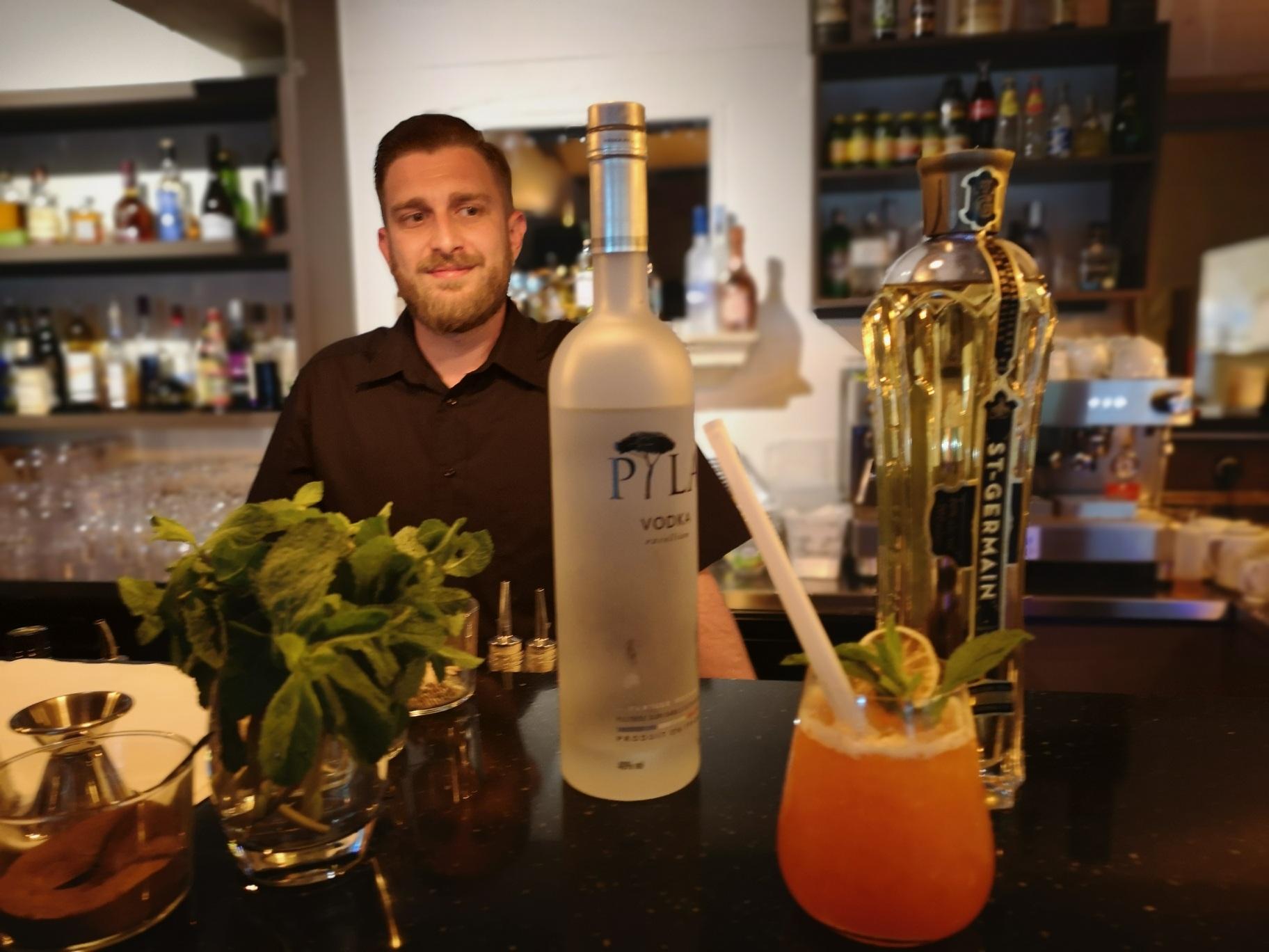 Cocktail servi au bar de l'hôtel Belesso - Hotel Fontvieille